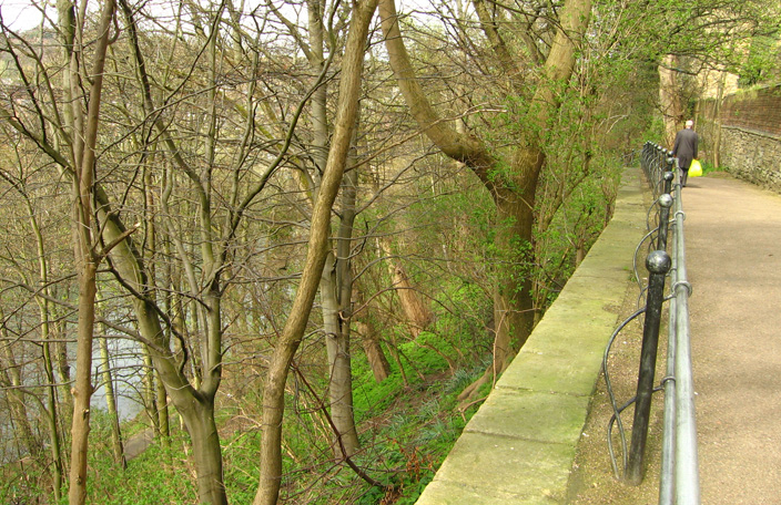 The steep river banks of the Durham Peninsula made it an ideal defensive site. Stone walls constructed in the 12th century, added to this natural line of defence.